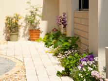 花壇やプランターを玄関前に配置する